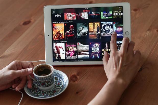 En EE.UU., el 55 % de los adultos reconoce que consumió más televisión a través de plataformas digitales y el 85 % de los jóvenes explica que vio series y películas en dispositivos móviles.