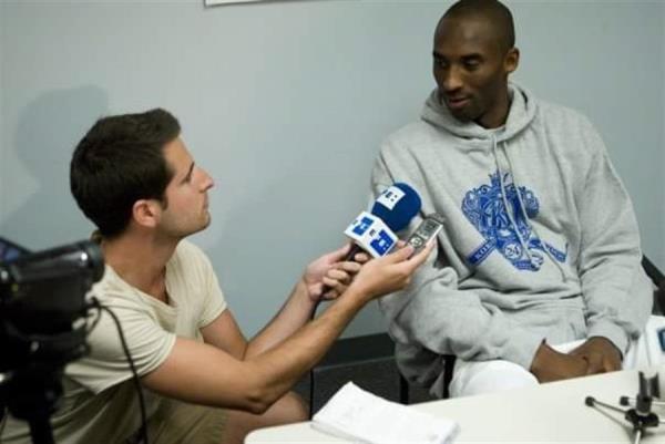 El periodista de la Agencia EFE Antonio Martín y Kobe Bryant.