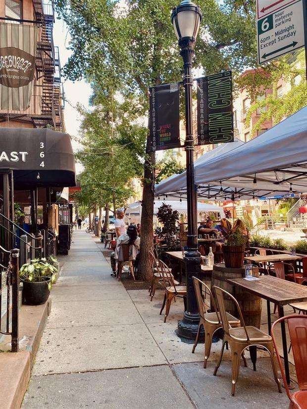 Fotografía cedida por Times Square Alliance por vía de NYC & Company donde se muestra a unas terrazas de restaurantes en la zona de Times Square en Nueva York, EE.UU.