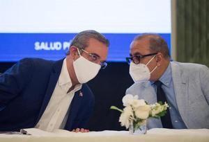Fotografía de archivo del presidente de R.Dominicana, Luis Abinader, quien conversa con el ministro de Salud, Plutarco Arias (d).