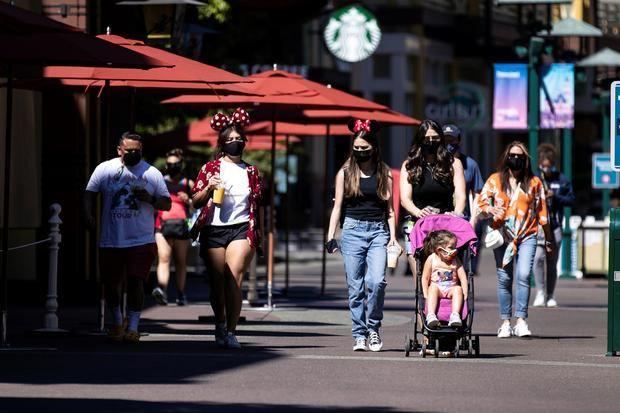 Disneyland Resort abrió este viernes sus puertas tras permanecer cerrado más de un año por la pandemia del coronavirus, que paralizó por completo la actividad de una de las principales atracciones turísticas de California.