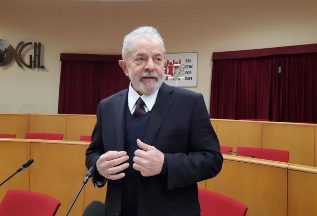 Fotografía de archivo fechada el 13 de febrero de 2020 que muestra al expresidente brasileño Lula da Silva, tras su encuentro con el papa Francisco en el Vaticano.