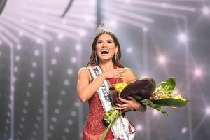 En su primer mensaje como Miss Universo, Meza, de 26 años, natural del norteño estado de Chihuahua e ingeniera informática, además de gritar ¡Viva México!, dijo que siente que ha cumplido un sueño que tuvo por muchos años.