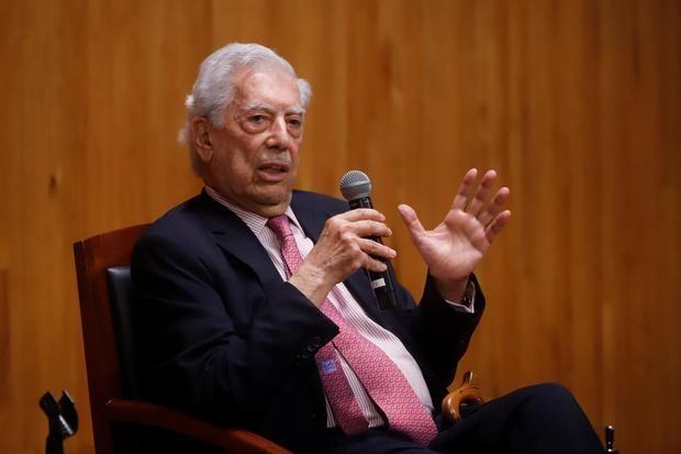 El escritor peruano Mario Vargas Llosa participa en el último día de actividades la IV Bienal de Novela en el Conjunto Santander de Artes Escénicas hoy, en Zapopan, estado de Jalisco, México.