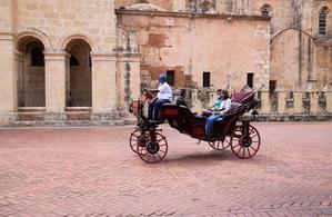 Coches impulsados con energía eléctrica circulan por la zona colonial hoy en Santo Domingo, República Dominicana.