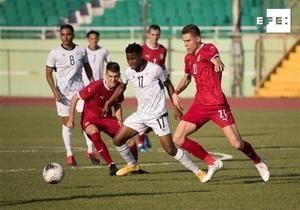 El serbio Alexa Pejic (d) disputa el balón con el dominicano Dorny Romero (c) hoy, durante un partido amistoso entre las selecciones de República Dominicana y Serbia, en el estadio Félix Sánchez de Santo Domingo, R.Dominicana.