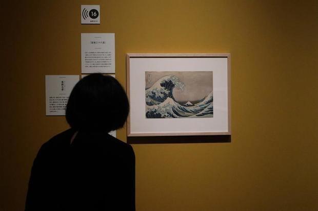 Una mujer observa la obra 'La Gran Ola de Kanagawa', de Katsushika Hokusai.