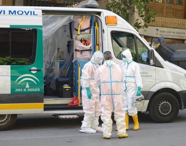 Personal de una ambulancia en una calle de Jaén.