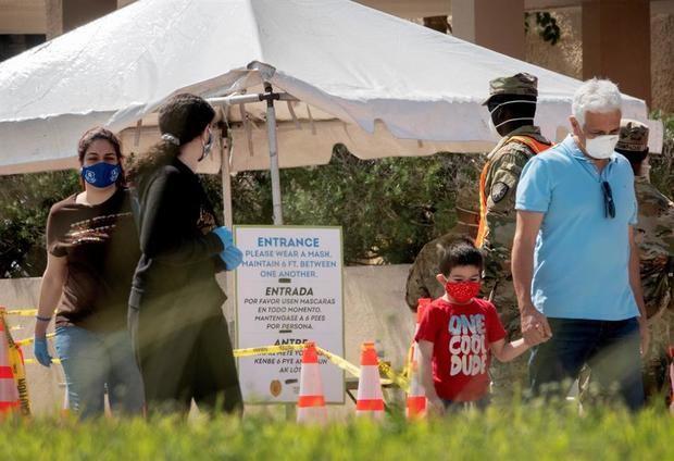La gente deja abierto el primer sitio de pruebas en Miami-Dade en la Iglesia Católica Holy Family en North Miami, Florida, EE. UU.