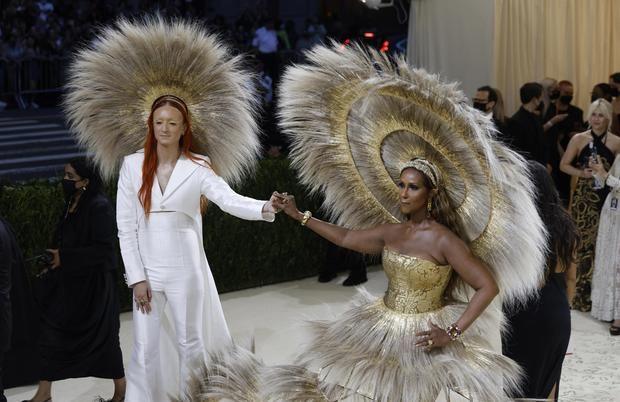 El diseñador británico Harris Reed (i) y la modelo estadounidense Iman fueron registrados este lunes al posar a su llegada a la alfombra roja de la gala benéfica del Museo de Arte Metropolitano (Met) de Nueva York, en Nueva York, NY, EE.UU.