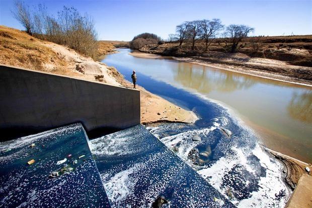 La moda rápida tiñe de contaminación los ríos de África, alerta un estudio