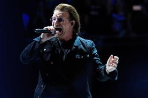 El cantante de la banda irlandesa U2, Bono.