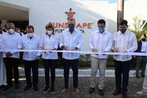 El presidente corta la cinta para dejar inaugurado el hotel Sunscape del complejo turístico Playa Dorada.