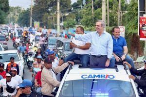 Luis desfila  junto a José Ignacio Paliza y Roquelito García, candidatos a alcalde del PRM y aliados por la provincia de Puerto Plata y su municipio cabecera, San Felipe de Puerto Plata.