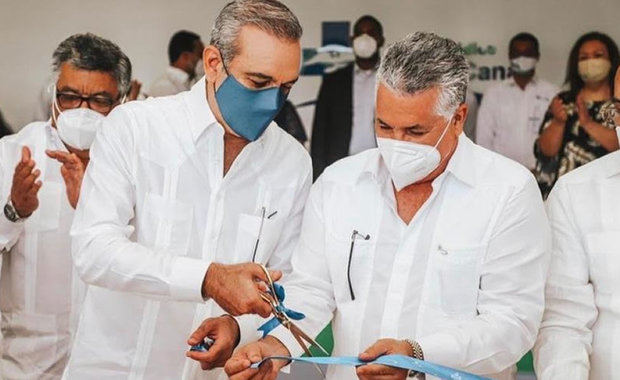 El presidente Luis Abinader y el doctor José Natalio Redondo cortan cinta que dejó inaugurado el edificio.