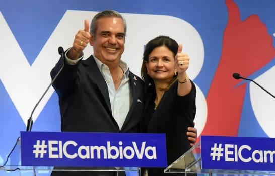 Luis Abinader junto a empresaria y catedrática Raquel Peña Rodríguez, boleta para las elecciones generales del 17 de mayo venidero.