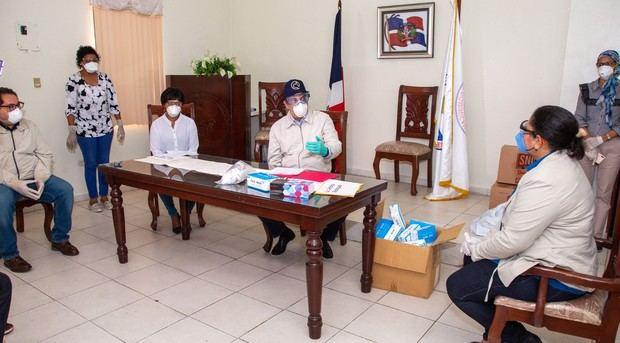 Luis Abinader en la reunión con la directiva del Colegio de Enfermería en su local del sector de Naco.