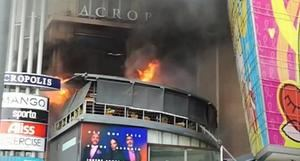 Un incendio afecta la plaza comercial Acrópolis Center, ubicada en la avenida Winston Churchill de esta ciudad.