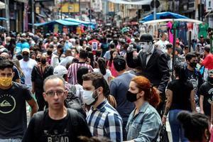 Transeúntes caminan por una vía comercial en el centro de Sao Paulo, Brasil.