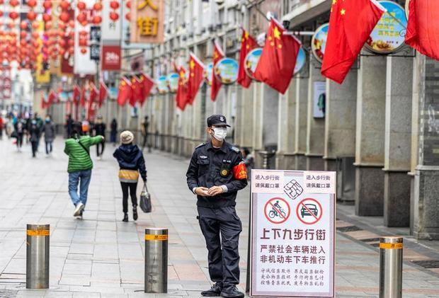 Los muertos por coronavirus en China suben a 304 y a 14.380 los contagiados