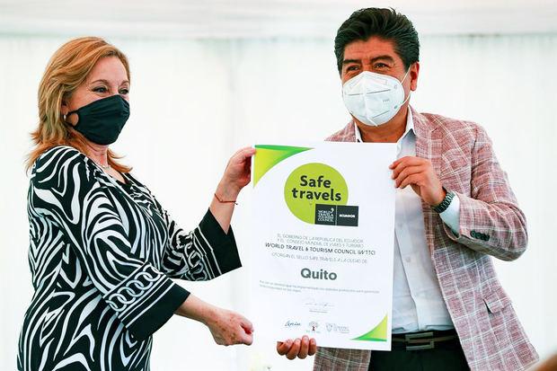 El alcalde de la capital ecuatoriana Jorge Yunda, recibe de la ministra de Turismo, Rosi Prado (i) hoy, el sello 'Safe travel' otorgado por el Consejo Mundial de Viajes y Turismo (WTTC, por sus siglas en inglés), en Quito, Ecuador.