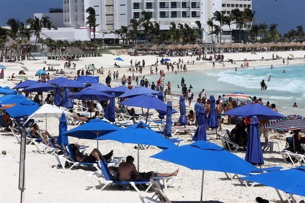 Caribe mexicano recibe oleada de turistas pese al temor a una ola de covid-19