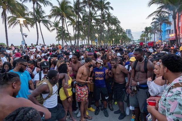 Turistas ocupan las calles de Miami Beach, el 20 de marzo de 2021 en Miami Beach, Florida, Estados Unidos.