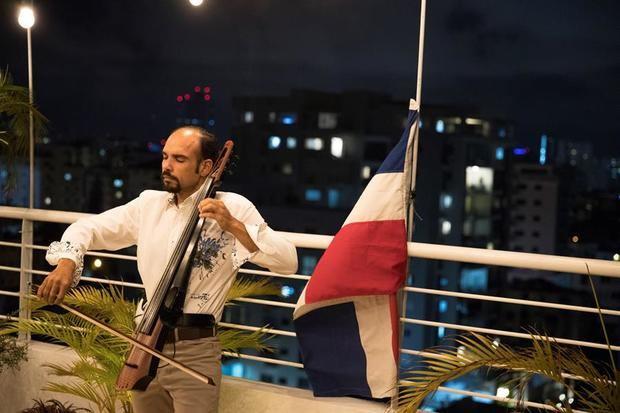 Un chelo desde el balcón alienta a los dominicanos en las noches de encierro