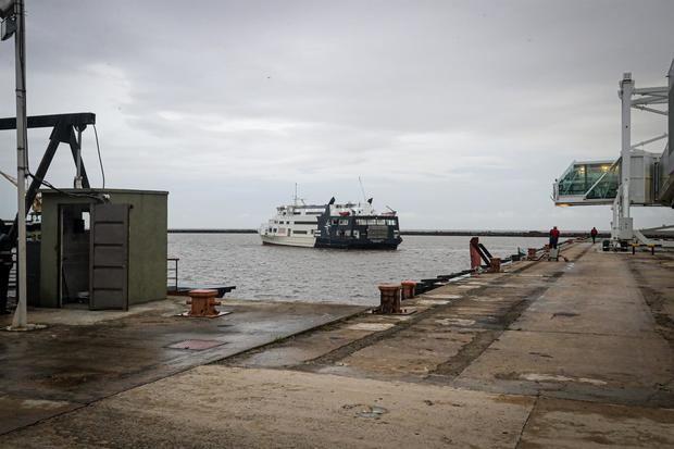 Después de 18 meses de inactividad por la pandemia, el principal puerto turístico de Uruguay, ubicado en Colonia (suroeste), recibió este miércoles un barco con pasajeros provenientes de Argentina.