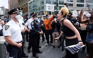 La gente grita a los agentes de policía durante una protesta en respuesta a la muerte de George Floyd, un hombre afroamericano que murió bajo la custodia de la policía de Minneapolis, en Nueva York, Nueva York, EE. UU.