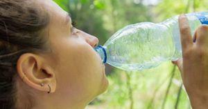 Recomiendan evitar comprar líquidos en botellas plásticas.