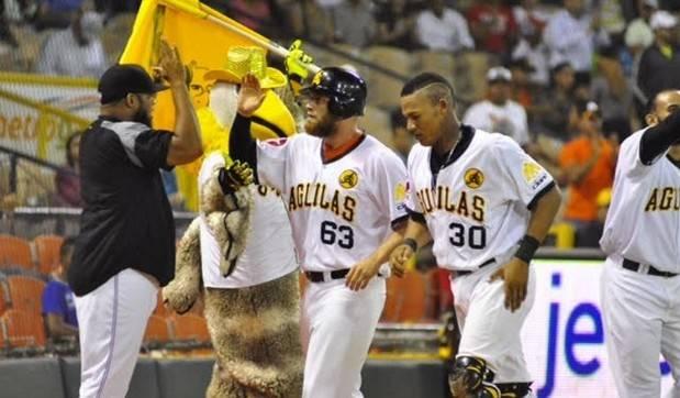 Águilas vencen Gigantes y se acercan a la cima del béisbol dominicano