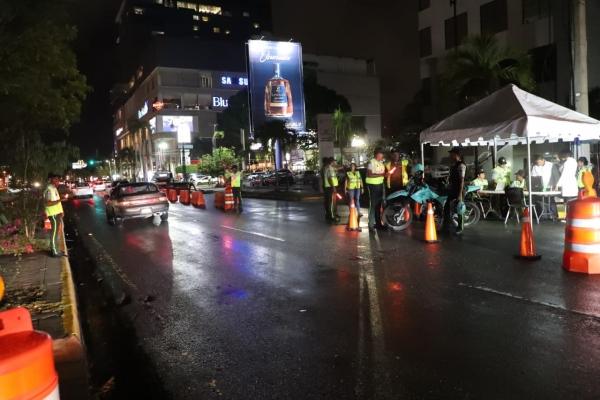 Agentes de la Dirección General de Seguridad de Transporte Terrestre (DIGESETT), iniciaron la noche de este viernes el primer operativo de puntos de revisión de alcoholemia.