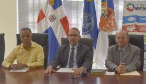 Decano de la Facultad, Maestro Ramón Desangles, el Presidente de la UNSAE, Licenciado Francisco Capellán y  el Maestro Héctor Sánchez, en su calidad de Director del Centro MIPYMES –UASD