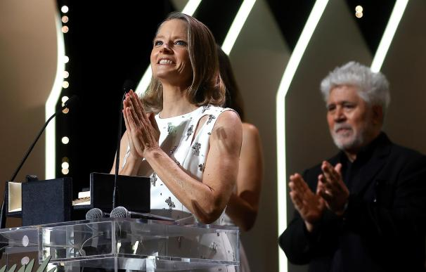 Almodóvar entrega la Palma de Oro de Honor a Foster.