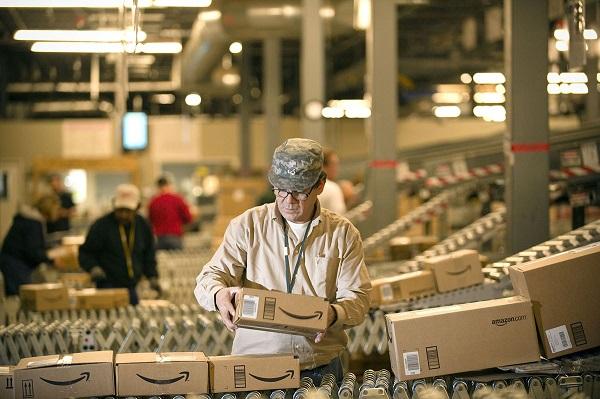 Amazon anuncia que subirá su salario mínimo a 15 dólares la hora