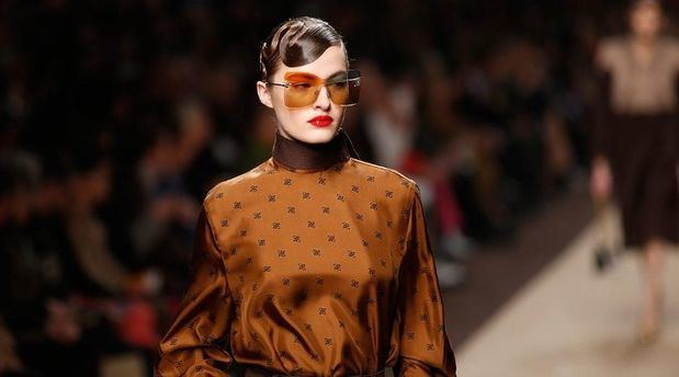 Fendi rinde tributo a Karl Lagerfeld en la pasarela de Milán