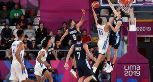 Eloy Vargas (2-d), dominicano, salta para encestar este jueves en un partido de baloncesto entre Argentina y República Dominicana en los Juegos Panamericanos 2019 en Perú.