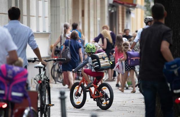 Alemania prosigue la vuelta escalonada a las aulas con cierres por contagio.