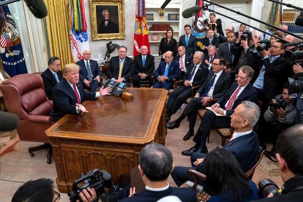 El presidente de los Estados Unidos, Donald J. Trump (i), se reúne con el viceprimer ministro de China, Liu He (d), en la Oficina Oval de la Casa Blanca, en Washington (EE.UU.) el 30 de enero de 2019, después de los encuentros que mantuvieron los representantes comerciales de los dos países para abordar su guerra comercial.