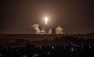 Lanzamiento de la sonda espacial Chang'e-5 en Wenchang, China, este martes. China lanzó hoy con éxito a la Luna la sonda espacial Chang'e-5 para recolectar muestras del satélite y posteriormente regresar a la Tierra.