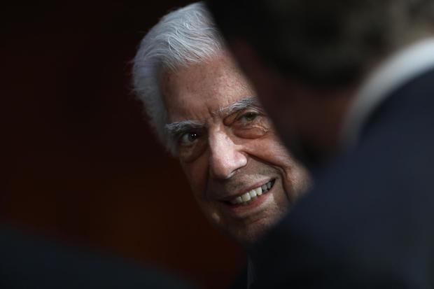 Vargas Llosa presenta junto a su hijo una serie que unifica todas sus facetas