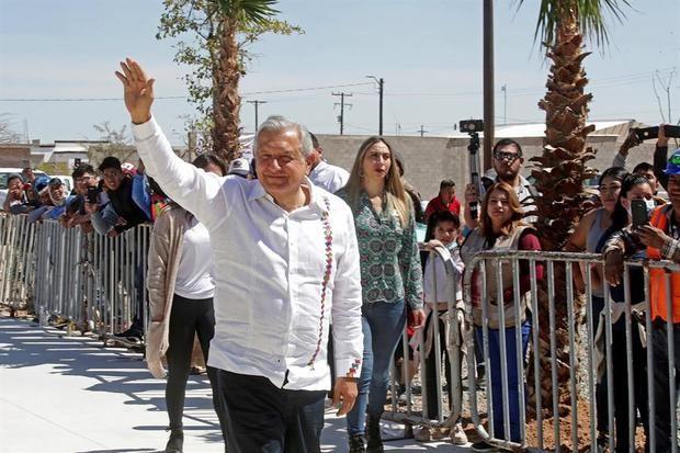 López Obrador reconoce adversidad del coronavirus y pide quedarse en casa