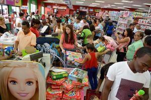 Personas compran juguetes este Día de Reyes.