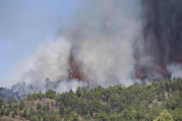 Dos mil evacuados por la erupción de un volcán en isla española de La Palma,