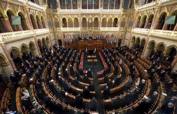 Hungría veta la adopción a parejas homosexuales y reduce el concepto de familia