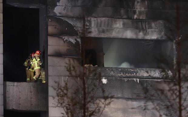 Las labores de búsqueda y rescate seguían este jueves entre los escombros de un almacén que se encontraba en construcción en la ciudad surcoreana de Icheon, al sur de Seúl, y en el que han muertos al menos 38 personas y diez resultaron heridas en un incendio.