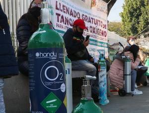 Personas esperan turno para la carga de oxígeno de forma gratuita hoy en la alcaldía de Iztapalapa, en Ciudad de México, México.