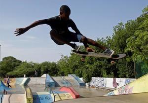 Fotografía del 2 de julio de 2020 que muestra a un joven haciendo una acrobacia sobre una patineta en Cartagena (Colombia).