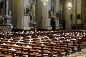 Una iglesia vacía sin fieles en Manerbio, cerca de Brescia, Italia.